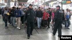 Pazar günü Münih tren istasyonuna giriş yapan mülteciler