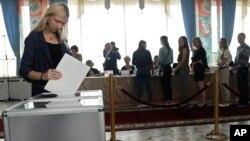 Minskdagi saylov uchastkasida belasurliklar ovoz bermoqda. 11-sentabr 2016-yil