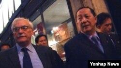 지난 1일 런던에서 열린 북·미간 민관세미나에 참석한 북한의 리용호 외무성 부상(오른쪽)이 미국 측 참석자인 리언 시걸 미국 사회과학원 동북아안보협력 프로젝트 국장과 첫날 회의를 마친 뒤 이동하고 있다.