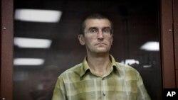 یوگنی کوالنکو ۴۸ ساله یکی از این دو نفر است که به ۳.۵ سال زندان محکوم شده است.