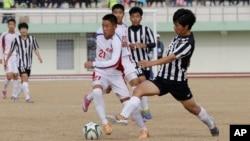 지난 2014년 11월 경기도 연천군 공설운동장에서 열린 국제 유소년 축구대회에서 북한 4.25체육단의 리성용 선수(왼쪽)와 한국 풍생중학교의 박동준 선수가 공을 다투고 있다. (자료사진)