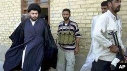 Giáo sĩ Hồi giáo Shia Muqtada al-Sadr (trái) bước ra từ một tòa nhà văn phòng ở Najaf, Iraq (ảnh tư liệu)