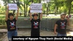Nhà hoạt động Nguyễn Thúy Hạnh (giữa) cùng bạn bè phản đối các hành động của Trung Quốc ở Biển Đông, 6/8/2019.