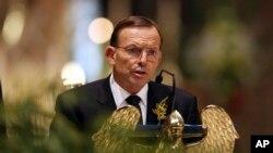 Perdana Menteri Australia Tony Abbott dalam upacara mengenang korban Malaysia Airlines yang jatuh ditembak di Ukraina timur, di Katedral St. Patrick, Melbourne.