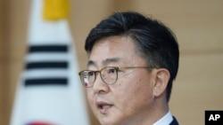 Menteri Unifikasi Hong Yong-pyo mengumumkan dihentikannya kegiatan di kompleks industri Kaesong di Seoul, Korea Utara (10/2).