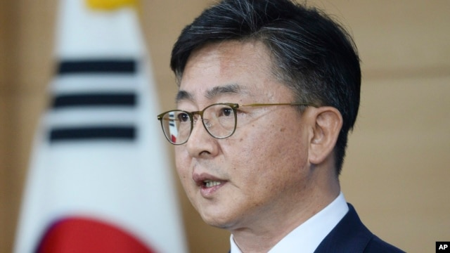 South Korean Unification Minister Hong Yong-pyo announces about the Kaesong industrial complex operations at the government complex in Seoul, South Korea, Feb. 10, 2016.