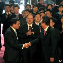 2010年12月中国海协会会长陈云林(右)在台北和台湾海基会董事长江丙坤(左)握手