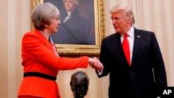 En la agenda oficial que provee la Casa Blanca sobre las actividades diarias del presidente, se registra que la firma de las órdenes ejecutivas será a las 4:30 p.m., en un espacio de la agenda ante la visita de la primera ministra británica, Theresa May.