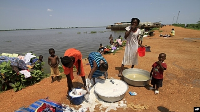 Thousands of Southern Sudanese are stranded in Kosti, White Nile State, living in makeshift houses while awaiting barge rides home, Sept. 2011 (file photo).