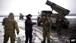 25일 우크라이나 급진당 대표인 올레 리야스코 의원이 동부 볼노바크하의 정부군 병사들을 격려했다. (자료사진)