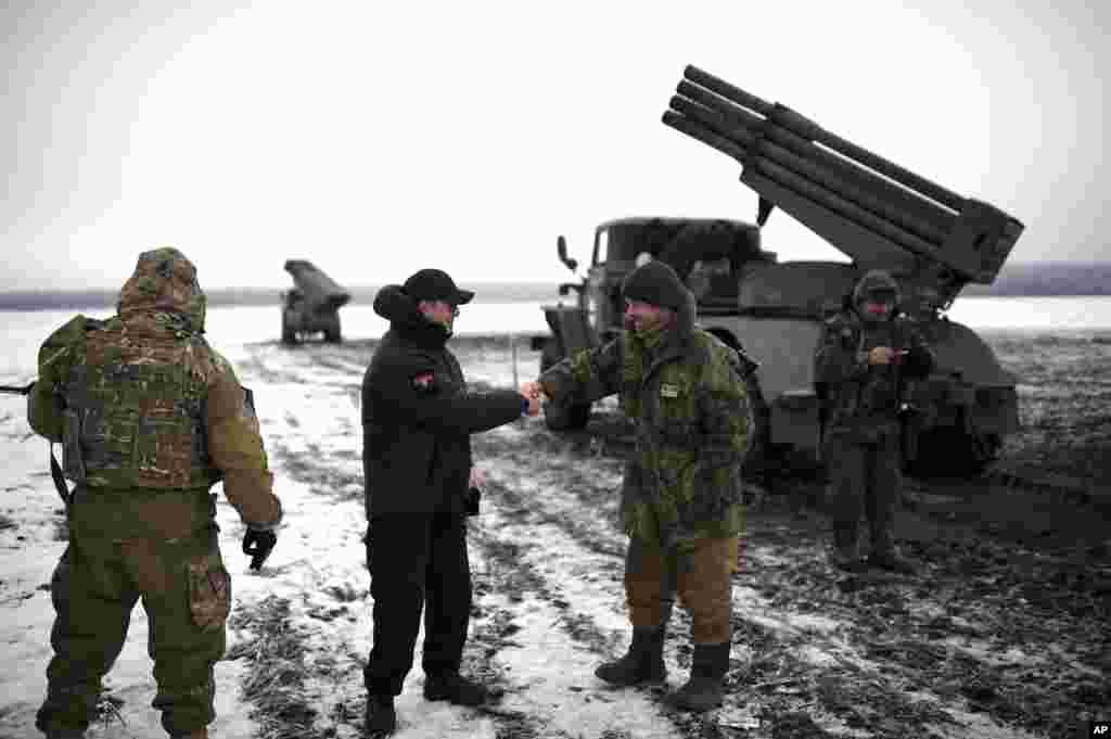 Ukrayna parlamentinin üzvü və Radikal Partiyanın lideri Oleh Lyaşko Ukraynanın şərqində əsgərlərlə görüşür.