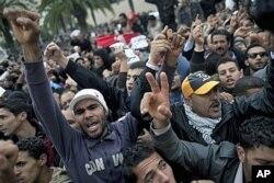 Des manifestants devant le siège du RCD, l'ancien parti au pouvoir, à Tunis
