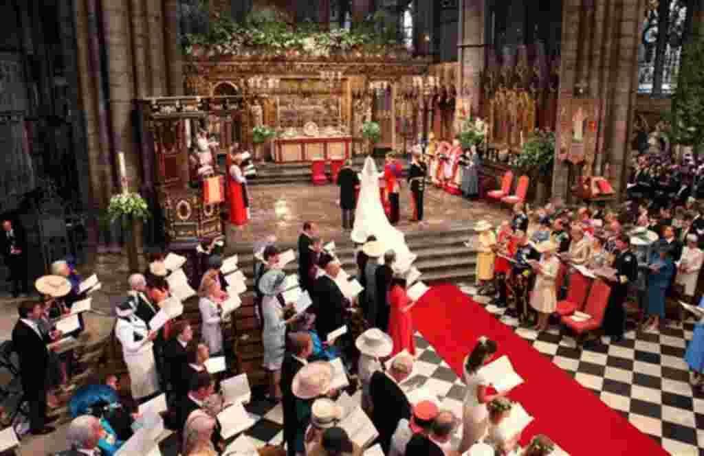 Vista general de la boda del príncipe Guillermo y Kate Middleton, en el centro, en la Abadía de Westminster, Londres.