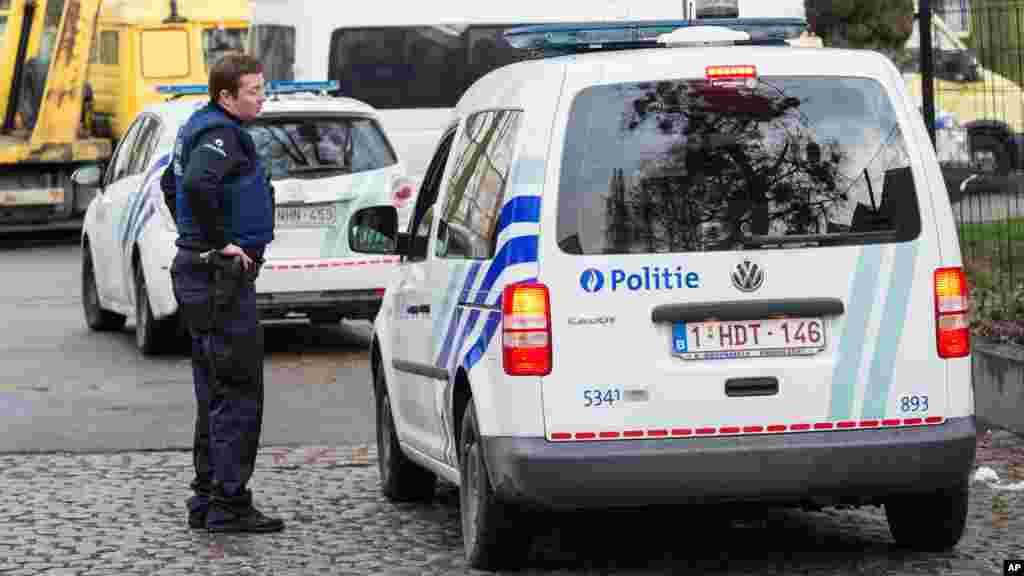La police sécurise la zone où deux personnes soupçonnées des actes terrorisme ont été arrêtés à Bruxelles, le 8 avril 2016.