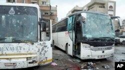 Deux bus après le double attentat de Damas, en Syrie, le 11 mars 2017.