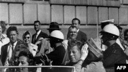 Bức ảnh chụp Tổng thống Kennedy ngồi trên xe mui trần trước lúc ông bị ám sát