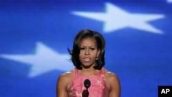 Ðệ nhất Phu nhân Michelle Obama đọc bài diễn văn mang tính cách cá nhân và đôi lúc đầy xúc động, nói lên từ tấm lòng về chồng bà, về gia đình bà và về những giá trị mà họ đã tìm cách quảng bá trong 4 năm qua tại Tòa Bạch Ốc