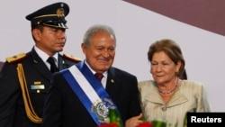 ປະທານາທິບໍດີ Salvador Sanchez Ceren (ຄົນກາງ) ຢືນຄຽງຂ້າງກັບພັນລະຍາ ທ່ານນາງ Margarita Villalta ຫຼັງຈາກສາບານໂຕເຂົ້າຮັບຕຳແໜ່ງໃໝ່ ທີ່ນະຄອນຫຼວງ San Salvador, ວັນທີ 1 ມິຖຸນາ 2014.