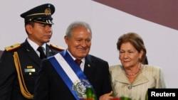 Presiden Baru El Salvador Sanchez Ceren (tengah) bersama ibu negara Margarita Villalta seusai upacara pengambilan sumpah di San Salvador (1/6).