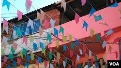 Banderitas de colores colocadas para una fiesta popular decoran la favela de Vila Canoas.