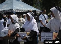 Remaja perempuan mengumpulkan dana bantuan untuk Rohingya dalam aksi damai di Magelang, Jawa Tengah (Foto: VOA/Nurhadi)