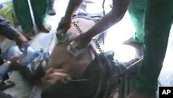 시리아 정부군과 반군의 유혈사태가 계속되는 가운데, 21일 병원으로 후송된 홈스 시 주민.