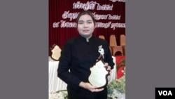 Aye Aye Mar holding her Prachabdi Award