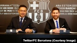 L'attaquant argentin Lionel Messi, à droite, lors du renouvellement de son contrat avec le FC Barcelone, Barcelone, Espagne, 25 novembre 2017. (Twitter/FC Barcelona)
