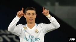 L'attaquant du Real Madrid, Cristiano Ronaldo, fait signe à ses coéquipiers contre Gremio au Zayed Sports City Stadium à Abu Dhabi le 16 décembre 2017