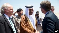 卡特(右)抵達沙特後受到沙特助理國防部長(中)迎接