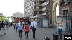 普希金广场旁麦当劳店前的街头艺人。(美国之音白桦拍摄)