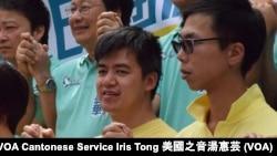 競逐連任的街工葵青區區議員黃潤達(左)