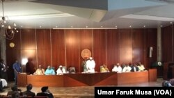 Shugaba Buhari yayinda yake karbar 'yan matan Chibok a fadarsa ta Aso Rock a Abuja