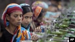 방글라데시 수도 다카 외곽의 한 의류공장에서 일하는 노동자들. (자료사진)