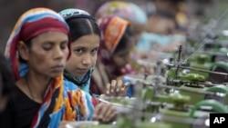 방글라데시 다카의 의류공장 노동자들. (자료사진)