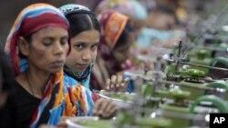 Công nhân sản xuất hàng dệt may tại một nhà máy ở ngoại ô Dhaka, Bangladesh.