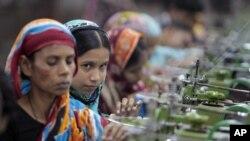 Para perempuan Bangladesh bekerja di pabrik garmen di pinggiran ibukota Dhaka (foto: dok).