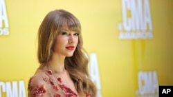 Taylor Swift arrives at the 46th Annual Country Music Awards on Nov. 1, 2012, in Nashville, Tenn.