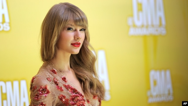 Taylor Swift arrives at the 46th Annual Country Music Awards in Nashville, Nov. 1, 2012.