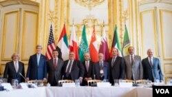 Paris'te Körfez İşbirliği Konseyi ülkeleri dışişleri bakanlarıyla görüşen Amerika Dışişleri Bakanı John Kerry