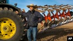 Serhii Halusyn, seorang petani pemilik lahan, yang menyewakan lahan pertaniannya untuk warga desa Nebelytsia di Ukraina, 12 Oktober 2019.