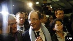 Socijalistički kandidat na francuskim predsedničkim izborima Fransoa Oland sa pristalicama, posle prvog kruga u kome je izbio na čelo