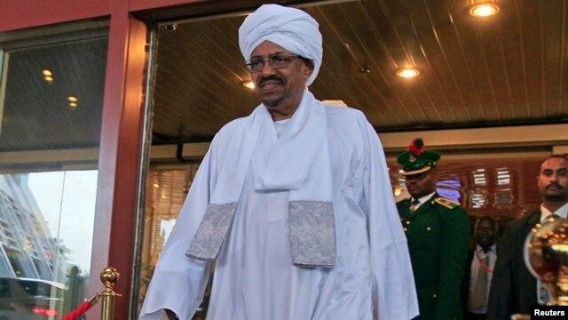 Sudanese President Omar al-Bashir walks out of a hotel in Abuja, Nigeria, July 14, 2013.