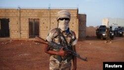 Seorang tentara Mali etnis Tuareg di bawah pimpinan Kol. El Hadj Ag Gamou berdiri di Pos Keamanan di Gao, Mali (Foto:dok, 3/3)