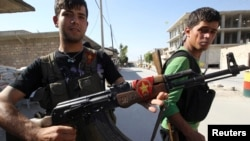 지난 6월 시리아 알레포 지역에서 정부군과 대치한 쿠르드족 병사들. (자료사진)