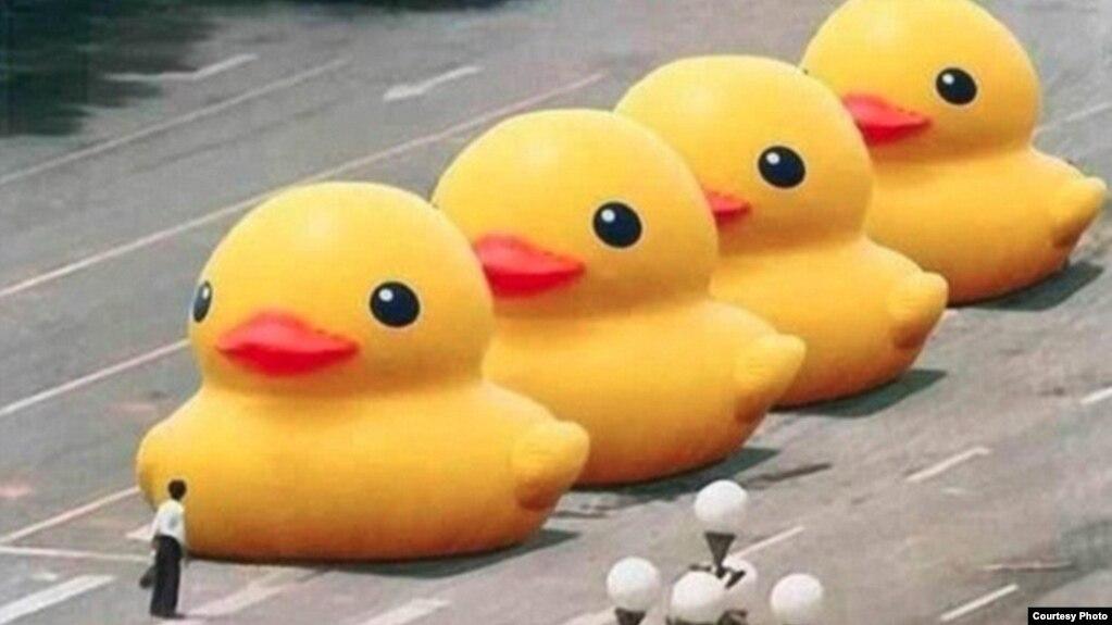 """2013年,有網友用修圖軟件將六四著名照片""""坦克人""""中的坦克變成了大黃鴨——荷蘭藝術家弗洛倫泰因·霍夫曼(Florentijn Hofman)創造的巨型橡皮鴨藝術品,圖片在微博上傳播幾小時後被封禁。"""