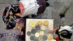 En la foto de archivo se observan mujeres en Guatemalandígenas elaborando tortillas, el 14 de abril de 2005.