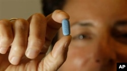 Wani yana rike da kwayar maganin cutar HIV