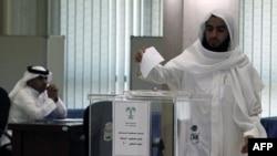 Ðàn ông Ả Rập Saudi đi bỏ phiếu tại Trung tâm Prince Salman ở Riyadh, ngày 29/9/2011