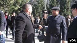 Bakü Devlet Üniversitesi'nde üniversite güvenlik müdürünün (solda) saldırısına uğrayan Amerika'nın Sesi muhabiri Tapdıg Ferhadoğlu